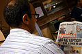 98z7h Turgut Altunbahar, Journalist bei der Tageszeitung (Gazete) Aydınlık, hier lesend auf der Abschlussveranstaltung zur Mahnwache auf dem Klagesmarkt in Hannover.jpg