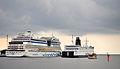 AIDAblu, Autofähre Kronprins Frederik und Touristenschiff (v.l.n.r.).jpg