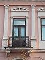A kapu fölött két konzolon nyugvó vasrácsos erkély, Glück-ház, Hősök tere, 2017 Nyíregyháza.jpg