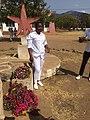 A tirar fotos in frente do monumento com flores para Dia da Paz.jpg
