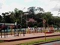 Academia Agita Pontal na entrada da cidade. A academia ao ar livre é composta por dezessete aparelhos de ginástica de diversas modalidades, sendo dez para a terceira idade, quatro para categoria infantil - panoramio.jpg