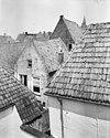 foto van Huis met hoog schilddak en lijstgevel, kroonlijst met klossen, triglyphen en druppen, deuromlijsting en gesneden bovenlicht