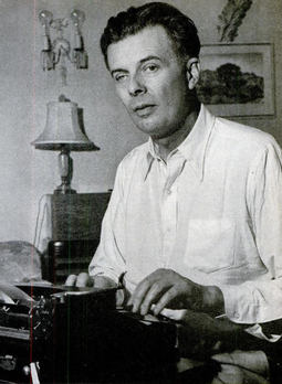 Huxley in 1947, his right eye affected by Keratitis he contracted in 1911 Aldous Huxley 1947.png
