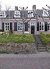 foto van Eenvoudig laag huisje, gedekt door zadeldak, deel uitmakend van het complex 2, 4, 8 en 10, onder rechte kroonlijst
