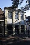 foto van Huis met gepleisterde gevel met geblokte pilasters. Gebeeldhouwde steen met kroon