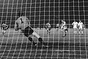Anderlecht tegen HSV (finale Europa Cup II ) Georg Volkert (HSV) brengt uit een, Bestanddeelnr 929-1735