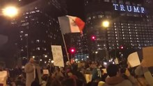 Ficheiro:Anti-Trump protesters take to Chicago streets -notmypresident.webm