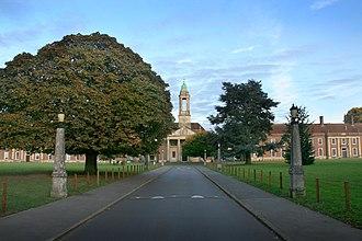 Ashlyns School - The school driveway