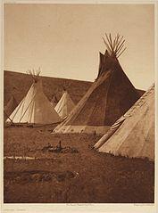 EDWARD SHERIFF CURTIS LE PHOTOGRAPHE DES AMÉRINDIENS 177px-Atsina_Camp%2C_1908