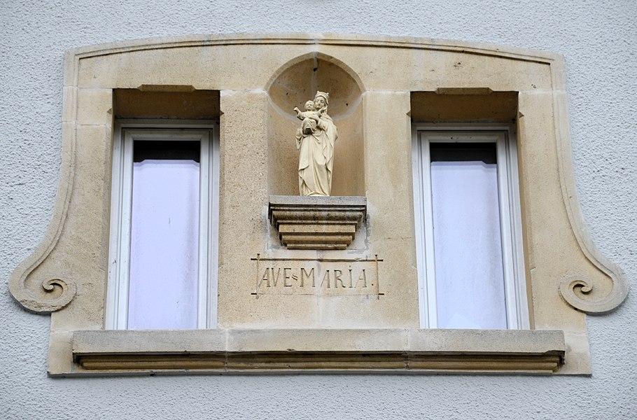 Muttergottes-Statu um Haus Nr 7 an der Lëtzebuergerstrooss zu Koplescht.