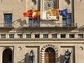 Ayuntamiento de Zaragoza, en la Plaza del Pilar, con banderas de Zaragoza, España, Aragón y Unión Europea.JPG