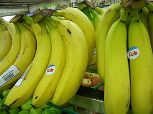 English: Bananas displayed in a Singapore supe...