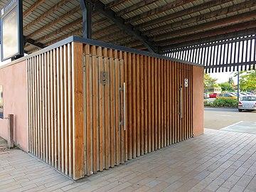 Belleville (Rhône) - Toilettes publiques place de la Gare (août 2018).jpg