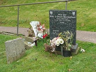 Bill Owen (actor) - Bill Owen's grave in the churchyard of St John's Parish Church, Upperthong