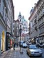 Blick von der Mostecká (Brückengasse) zum Malostranské Náměstí (Kleinseitner Ring) mit der St.-Nikolaus-Kirche, Praha, Prague, Prag - panoramio.jpg
