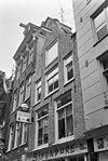 foto van Huis met latere gevel onder klokvormige top met rollagen