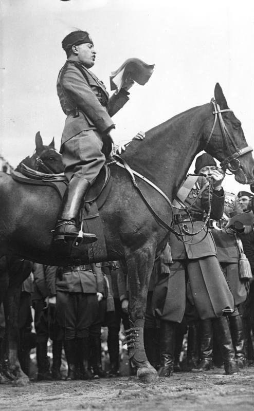 Bundesarchiv Bild 102-08300, Benito Mussolini bei einer Ansprache