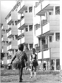 Bundesarchiv Bild 183-J0710-0303-012, Wismar, Wendorf, Kinder mit Ball.jpg