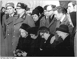 Bundesarchiv Bild 183-L0122-0039, Ahlsdorf, NVA-Leutnant Lutz Meier, Beisetzung.jpg