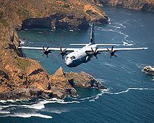 Un C-130J della 164th Airlift Wing della Air National Guard basata alla Channel Island ANG Base in California vola lungo la costa dell'Isola di Santa Cruz in California.