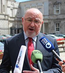 Caoimhghín Ó Caoláin parolante al gazetaro 2013 krop.jpg