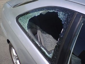 English: A car that has been burglarized. Bad ...