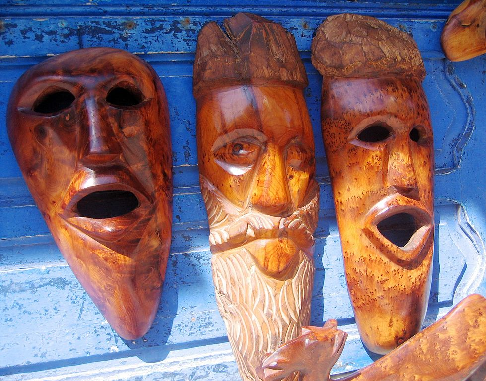 File Carved Masks On Display At A Bazaar In The City Of Essaouira Morocco Jpg Wikimedia Commons