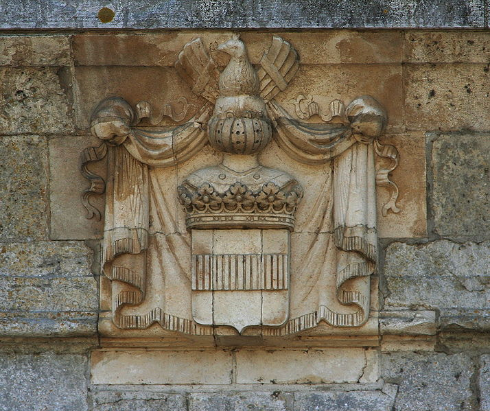Datei:Castle sully france coat of arms main gate.jpg