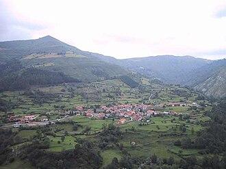 Sierra del Escudo de Cabuérniga - View of the range above Celis, a village of Rionansa municipality