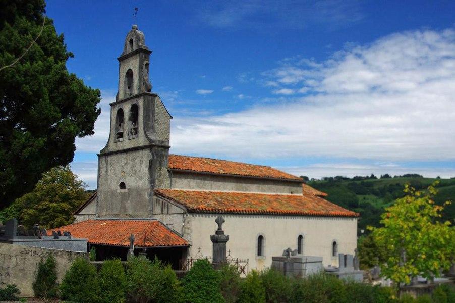 Le clocher-mur de la chapelle fait partie du groupe de constructions inspirées du baroque, élevées au 18e siècle dans cette partie de l'Ariège.