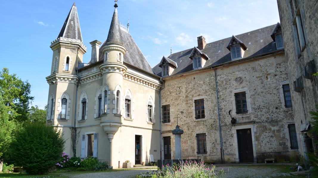 Le Château de Montfleury est un véritable musée médiéval. 4000 ans d'histoires vous sont racontés à travers des pièces entièrement restaurées, équipées de mobiliers d'époques. Des salles sont entièrement dédiées à l'archéologie militaire,l'art céramique,des vélocipèdes et outils agricoles anciens. De nombreuses manifestations sont organisées dans l'enceinte du château: expositions d'artistes peintres contemporains. Ce monument historique du XIè siècle a su conservé tout son patrimoine et son architecture de la dernière place Forte de cette terre savoyarde.