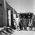 Cieśla przed pracownią. Chodżi Hundaj Bidi z grupą pomocników - Afganistan - 001961n.jpg