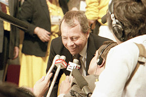 David Crombie - Crombie speaks to reporters on the floor of the 1983 PC leadership convention