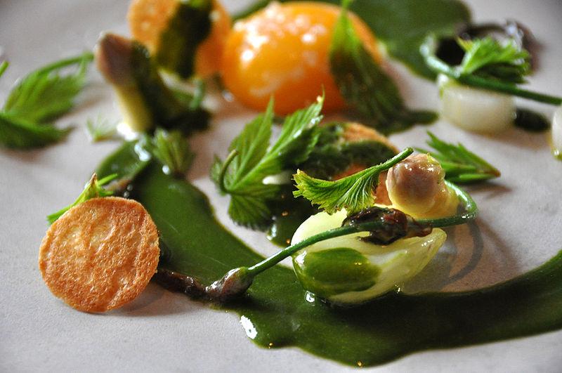 File:Cyclonebill Hvide asparges med pocheret aeggeblomme og skovmaerkesauce.jpg