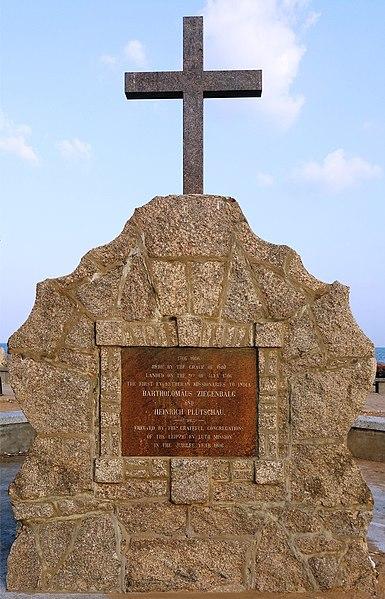 File:Denkmal am Strand von Tranquebar.jpg