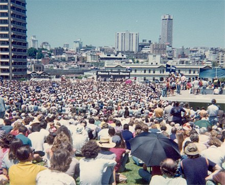 A huge ALP rally overspills The Domain in Sydney, 24 November 1975. Domain 19751124.jpg