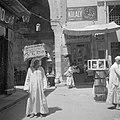 Doorkijk in de suq van Cairo. Man met een mand op zijn hoofd, Bestanddeelnr 255-6618.jpg