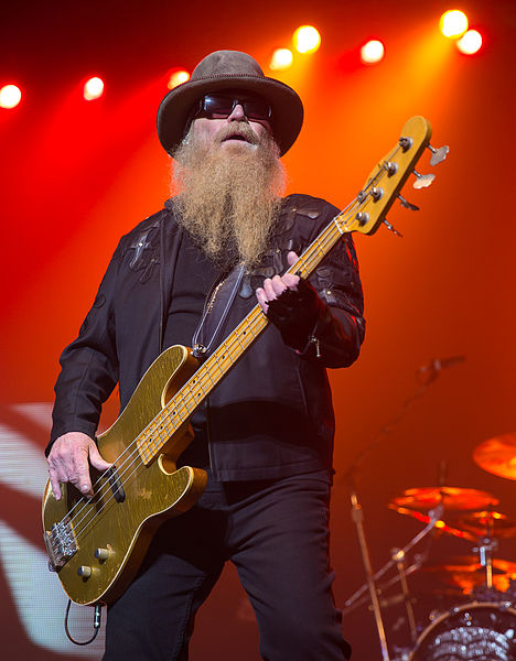 Fil:Dusty Hill of ZZ Top performing in San Antonio, Texas 2015.jpg