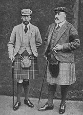 Deux hommes d'âge mur et barbus portant un kilt