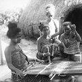 Een groep Timorese vrouwen bij een weeftoestel, KITLV 500396.tiff