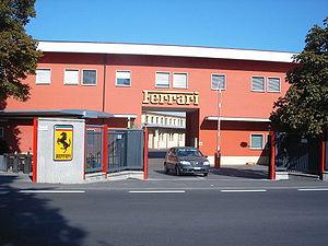 Entrada principal de la fábrica de Ferrari en Maranello.