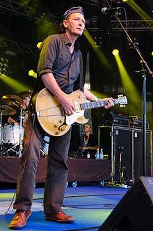 Geordie Walker performing at the 2009 Ilosaarirock festival, with his golden, hollow-bodied Gibson ES-295