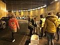 Gilets jaunes lyonnais distribuant leurs surplus alimentaires. Rencontre fortuite avec une maraude du SAMU social de la Croix Rouge.JPG