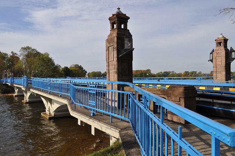 File:Gmina Ełk Ełk ul. Zamkowa most na jeziorze Ełckim.JPG