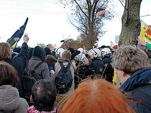 Plakat von Demonstranten mit Kritik an Merkel.