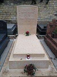 Grave of Jean-Paul Sartre and Simone de Beauvoir 2016.jpg