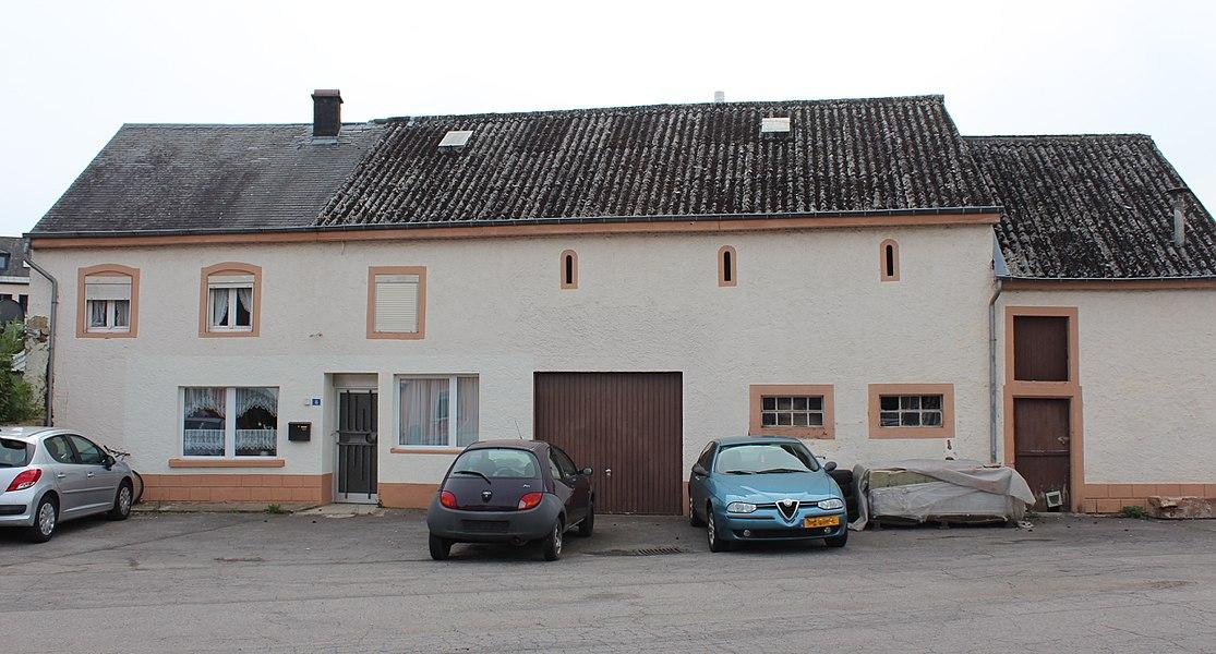 Haus op Nummer 8 an der Ettelbréckerstrooss zu Groussbus; zënter dem 2. November 2009 op der Lëscht vum Zousaz-Inventaire vun den nationale Monumenter agedroen.