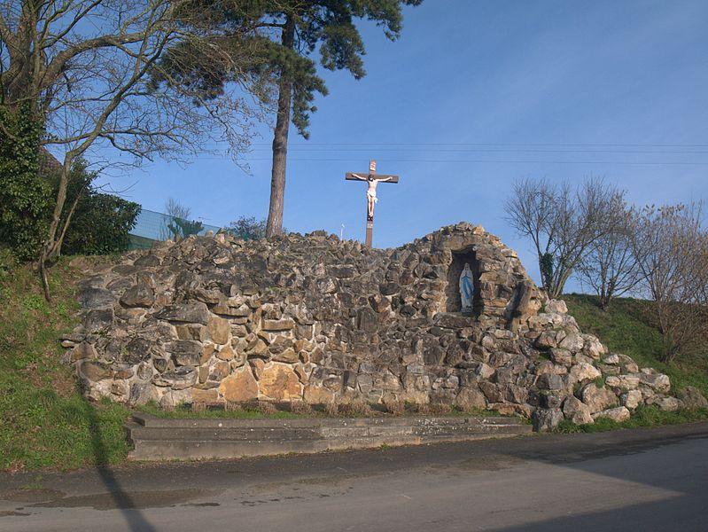Réplique de la grotte de Lourdes dans la commune de Bouchamps-lès-Craon (Mayenne, Pays de la Loire, France)
