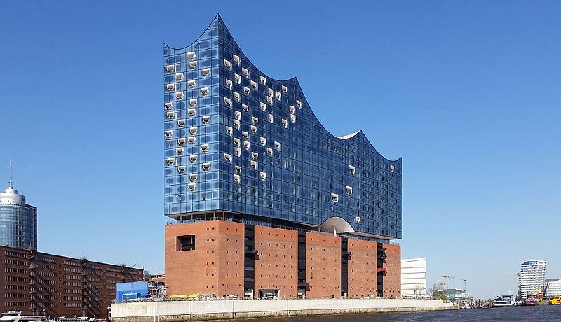 La Elbphilharmonie de Hambourg, au pied de laquelle Nantes installera son pavillon © Maddl79 via https://fr.wikipedia.org/wiki/Fichier:Hamburg_Elbphilharmonie_2016.jpg