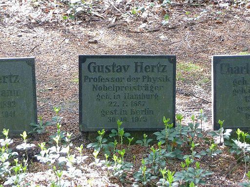 Hamburg Friedhof Ohlsdorf Gustav Hertz 01